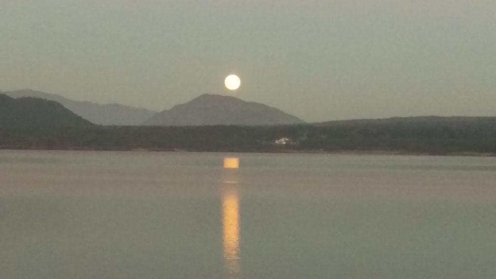 本栖湖でほぼ満月